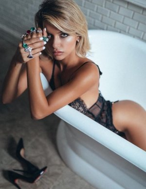 Dolina escort girls in Deerfield IL